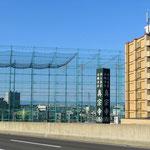 Höher als ein zehnstöckiges Haus ragt die Driving-Ranch in Sapporo in den Himmel. In der Schweiz undenkbar - zum Glück.
