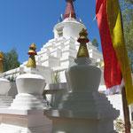 Stupas sieht man oft. Der Glaube spielt eine wichtige Rolle.