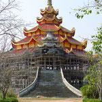 Ein neuer Tempel wird gebaut . . . einer von vielen.