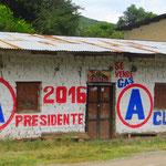 Politische Propaganda trifft man auf vielen Häusern an.