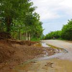 Das heftige Gewitter letzte Nacht hat Überschwemmungen verursacht. In den Dörfern packen alle mit an, die Strassen frei zu schaufeln.