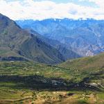 Unvermittelt öffnet sich das Tal. Auf der weiten Hochebene ein Dorf und rundum Felder.