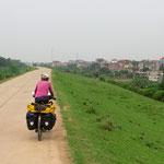 Vor Hanoi fahren wir dem Redriver entlang auf kleinen Strassen.