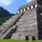 Der Tempel der Inschriften ist neben dem Herrscherpalast das zentrale Bauwerk der Maya-Stadt Palenque.