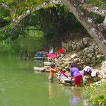 Waschen im Fluss. Viele Guatemalteken leben sehr einfach.