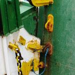 Sicherung der Heckklappe: Bolzen oben, der Haken unten wird mit einer Schnur an seinem Platz gehalten.