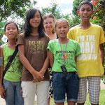 Kinder ziehen von Haus zu Haus und singen für ein paar Peso Weihnachtslieder.