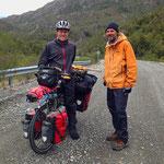 Sebastian ist über den Paso Rio Mayer gefahren. Eine Strecke, die es ebenfalls in sich hat. Unwegsames Gelände, Flüsse ohne Brücken.