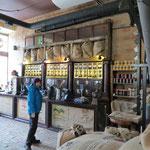 In einer Kaffeerösterei gibt`s ein originelles Kaffee.