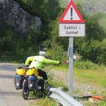"""Eine gute Idee: Nach Betätigen des Knopfes zeigt die Warntafel an """"Radfahrer im Tunnel""""."""