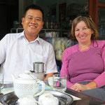 Nach dem Mittagessen werden wir von ihm zum Kaffee eingeladen.