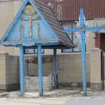 Ziehbrunnen werden in den Dörfern noch benutzt und stehen alle hundert Meter an der Strasse.