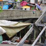 Manche Familien leben in einfachsten Verhältnissen auf der Strasse.