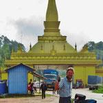 Wir sind in Laos angekommen. Hinten das imposante Zollgebäude.
