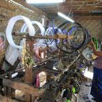 Familienbetriebe in Yangon weben wunderschöne Stoffe für die traditionelle Bekleidung.