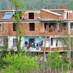 Trotz halbfertigem Bau wird in den Wohnungen gewohnt.