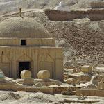 Muslimischer Friedhof. Die Gräber bestehen aus Ton.