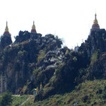 Auf jeder Erhöhung, auf jedem Gipfel stehen Tempel uns Stupas.