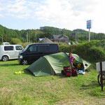 Wir mieten einen Parkplatz und stellen das Zelt für eine Nacht.