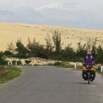 Nach Dong Hoi fahren wir auf der Küstenstrasse entlang riesiger Sanddünen.