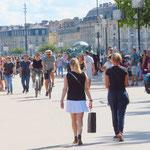 Velos und Fussgänger auf der Flusspromenade in Bordeaux. Dank gegenseitiger Rücksichtnahme gibt es selten Konflikte.