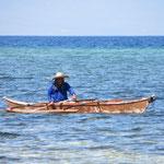 Ein Fischer mit seinem kleinen Auslegerboot.