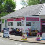 Typischer, kleiner Store auf dem Land. Hier gibt es das Notwendigste zu kaufen, inkl. Benzin.