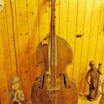 Alte Holzinstrumente im Volkskundemuseum.