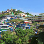 Touris wohnen im teuren Hotel rechts oben, die Einheimischen in einfachen Hütten.