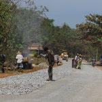 Strassenbau in Myanmar. Hier ausschliesslich in Handarbeit.