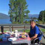 Tolle Kulisse beim Morgenessen auf dem Zeltplatz in Te Anau.