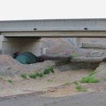 Unser vermeintlich geschützter Zeltplatz unter der Autobahnbrücke.