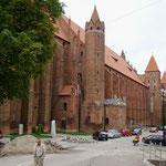 grosse Backsteinkirchen im katholischen Polen
