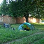 Lager im Schutze eines Klosters