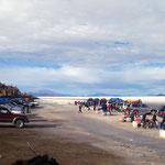 Isla Incahuasi. Zwei Dutzend Offroader haben Touristen ausgespuckt, die im Freien picknicken.