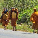 Mönche auf Wanderschaft.