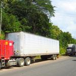 Von Costa Rica kommend stauen sich die LKW's vor der Grenze auf sieben Kilometern .