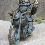Die kleinen Figuren (ca. 15 cm gross) sind in der ganzen Stadt zu finden.