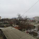 Neben neuen Bauten gibt es viele triste Hinterhöfe, in denen Menschen leben.