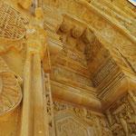 Der imposante Eingang mit aufwendigen Steinmetzarbeiten.