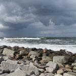 Stürmische Brandung - wir lieben das sehr (am Ufer . . .)