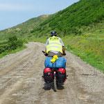 Vor Tiflis fahren wir 15 Kilometer Strasse ohne Belag.