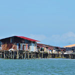 Typisch für die Region, dass viele Dörfer ins Meer hinaus gebaut werden.