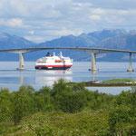 Das Hurtigrutenschiff verlässt den Hafen von Stokmarknes.
