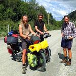 Florian, vorne, ist seit fast sechs Jahren mit dem Fahrrad unterwegs. Er fährt mit seinem Kumpel Jakob nach Norden.