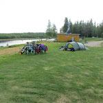 Schöner Zeltplatz am Fluss. Immerhin sind wir zu dritt, die dort übernachten.
