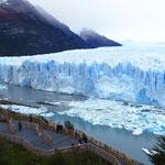 Ständig kalbt der Gletscher in den See.