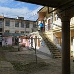 Bea vor unserem gemütlichen Appartement in Iasi.