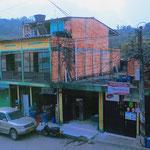 Dörfer als Dauerbaustelle. Manche Gebäude werden nie fertig, bestehende verfallen.