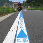 Die Velofahren werden durch ein blau-weisses Band über ruhige Strasse geführt.